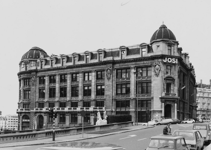 rue des Colonies 1-21. Ancienne Caisse Générale de Reports et de Dépôts, façade rue Montagne-du-Parc, 1980