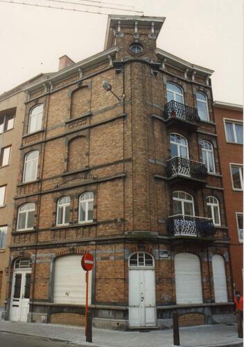 Charles De Grouxstraat 92 en 94 op hoek met J. de Burletplein, 1994