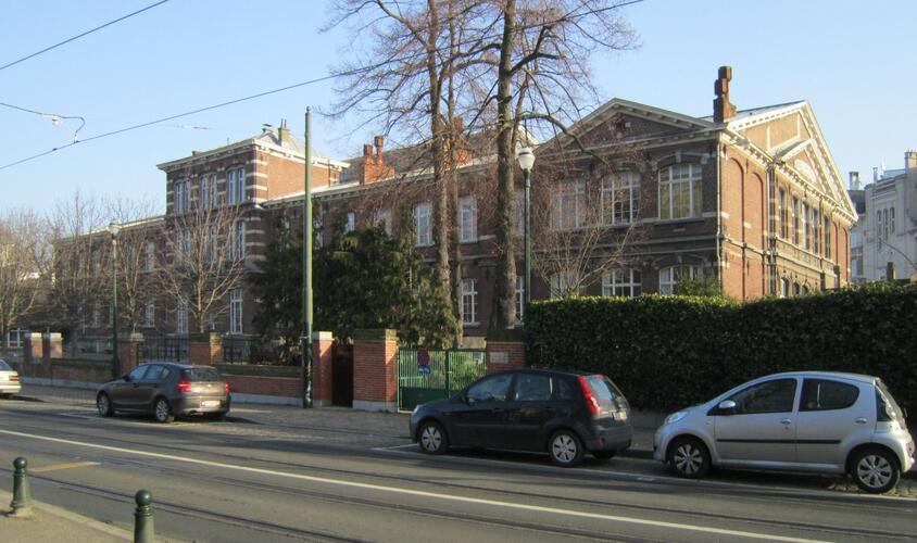 Rue Alphonse de Witte 29-31 – avenue des Éperons d'Or 15A-16, écoles communales 5 et 6, façade vers l'avenue des Éperons d'Or, 2011