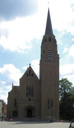 Église Sainte-Croix, façade vers la place, 2010