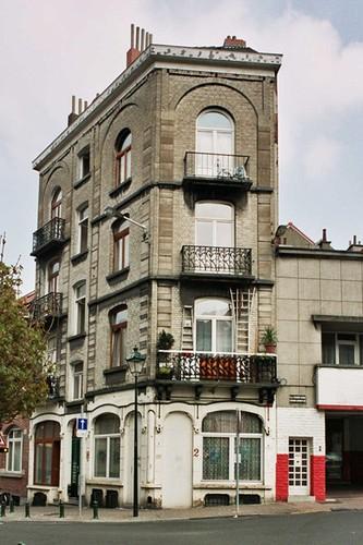 Rue de la Croix de Pierre 82-84 et place Hermann Dumont 2, 2004