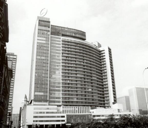 Place Charles Rogier 10-15, Centre international Rogier, façade est vue de la rue Gineste (photo 1993-1995)