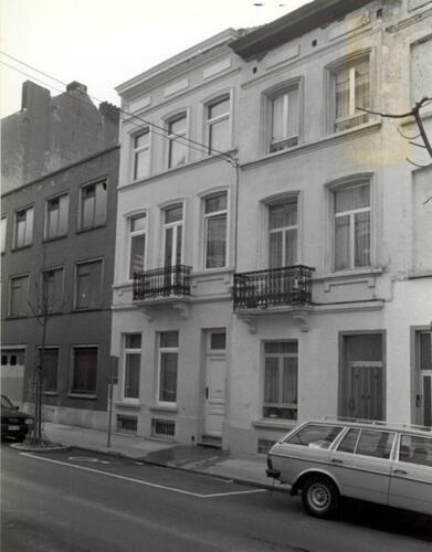 Rue des Deux Tours, au milieu le no 79, à droite le no  81 (photo 1993-1995)