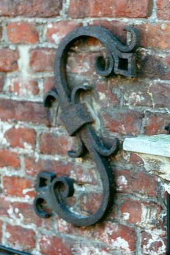 Ancre en fer forgé figurant un S, cure de l'église Saint-Pierre, Petite rue de l'Église 2, Woluwe-Saint-Pierre, élément ajouté en 1932 sur un bâtiment de 1784, 2002