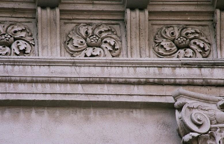Détail d'une architrave, rue du Remblai 38, Bruxelles, 1912, architecte F. Symons, 2005