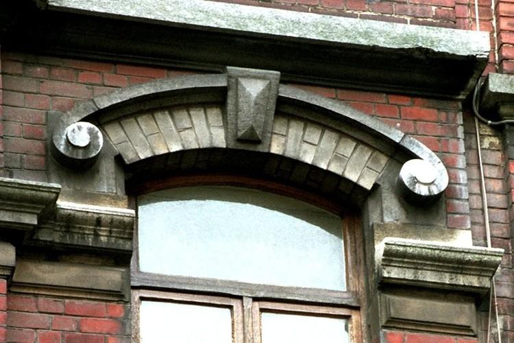 Arc surligné d'une archivolte , rue Potagère 90, Saint-Josse-ten-Noode, 1901, architecte D. Fach, 2005