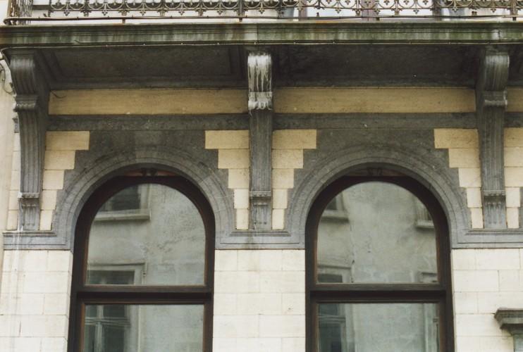 Rondbogen met hanenkam, Wolstraat 12, Brussel, 1903, arch. Guillaume Low, 2005
