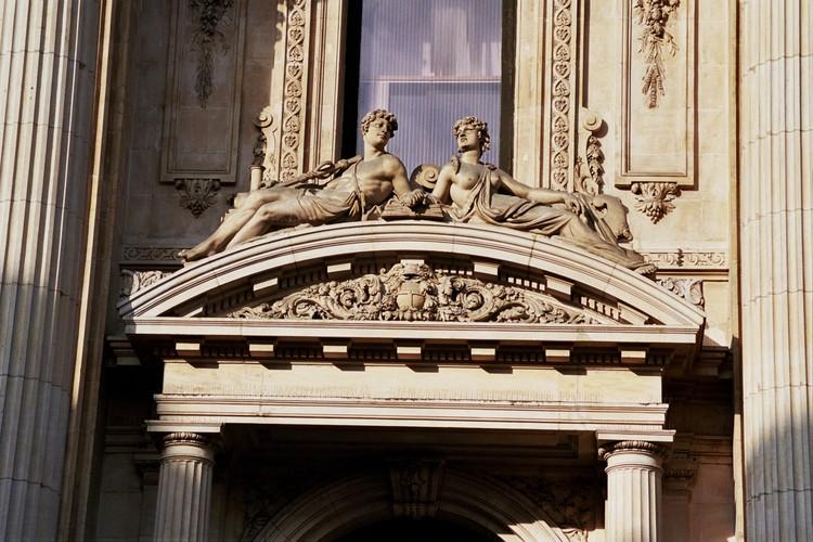 Fronton courbe à tympan sculpté, Bourse de Commerce, bd Anspach 80, Bruxelles, 1868, architecte L. P. Suys, 2005