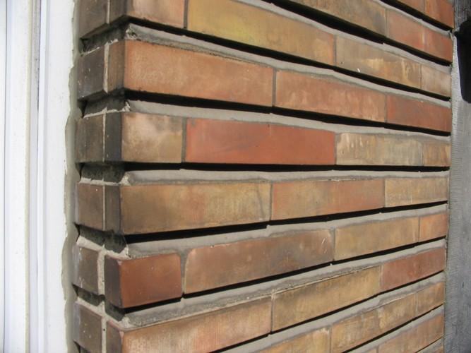 Détail d'un parement de briquettes, rue Paul Wemaere 39, Woluwe-Saint-Pierre, parement de 1942 sur un bâtiment de 1904, 2005