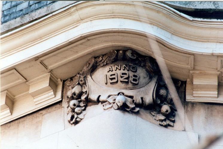 Cartouche avec millésime sous une corniche, av. de Tervueren 192, Woluwe-Saint-Pierre, 1928, architecte Frans Hemelsoet, 2003