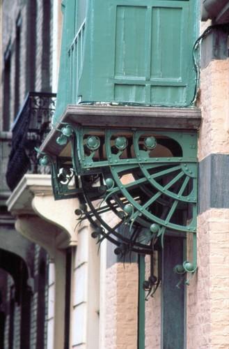 Houten erker op vier smeedijzeren consoles, Ierlandstraat 70, Sint-Gillis, 1896, arch. Paul Hankar, foto Ch. Bastin & J. Evrard © MBHG