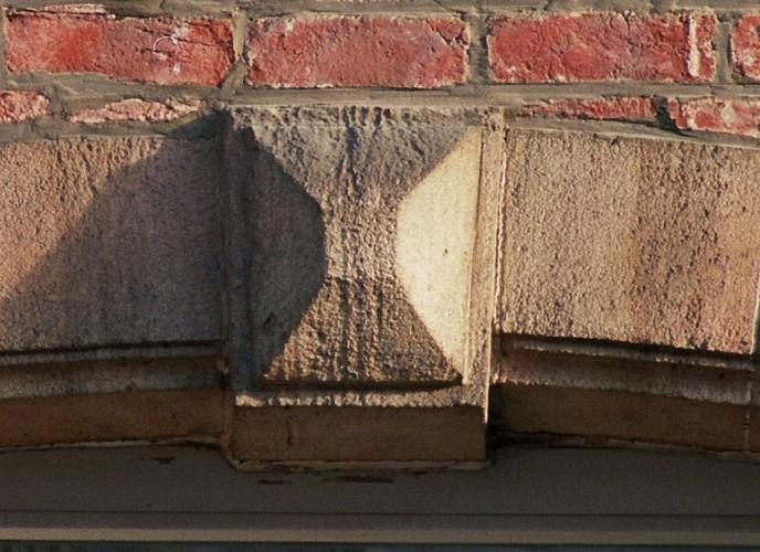 Clef d'arc en pointe de diamant, av. Nouvelle 6-8 , Etterbeek, v. 1910-1920, 2005