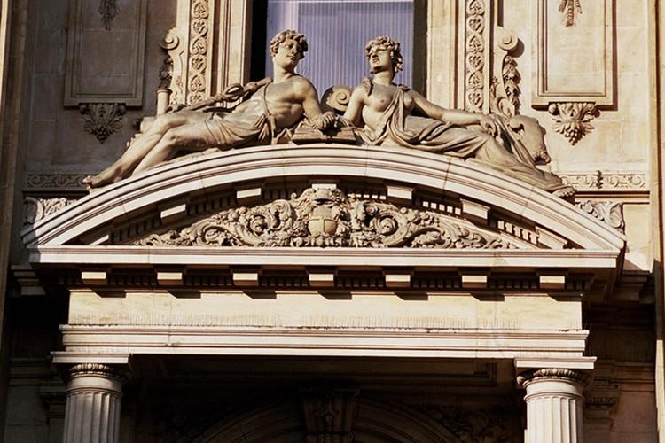 Fronton courbe surmonté d'un couple sculpté symbolisant le Travail et l'Abondance, Bourse de Commerce, bd Anspach 80, Bruxelles, 1868, architecte L. P. Suys, 2005
