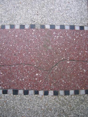 Granito blanc et rouge avec liseré en tesselles de mosaïque, avenue Général Eisenhower 121, Schaerbeek, 1926, architecte Léon Denis, 2005