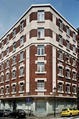 Appartementsgebouw met hoektravee, Sint-Gilliskerkstraat 32, Sint-Gillis, 1930, arch. Oscar Hallaux, 2004