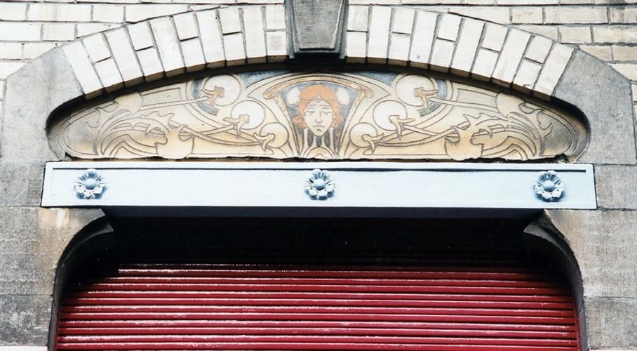 Linteau métallique, rue d'Albanie 10, Saint-Gilles, 1901, architecte Louis Serrure, 2003