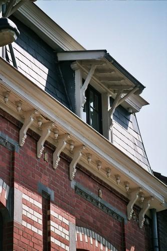 Houten korbelen onder kroonlijst en luifel, Louis Titecastraat 36, Sint-Pieters-Woluwe, 1914, arch. François Van Vlasselaer, 2005