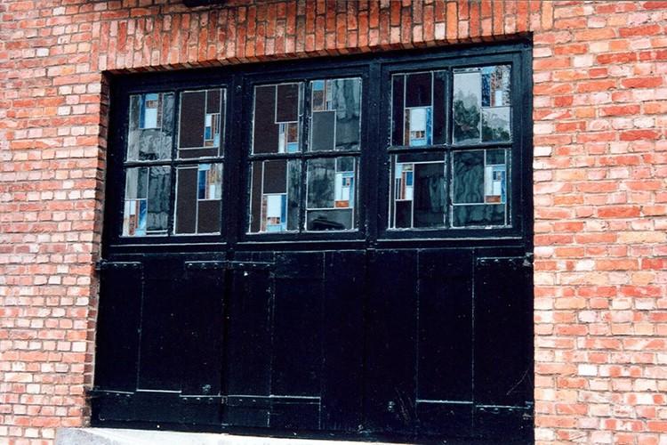 Large fenêtre tripartite à petits-bois, vitraux et volets, rue Maurice Liétard 34, Woluwe-Saint-Pierre, 1923, architecte Jean De Ligne, 2002