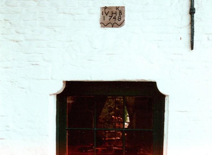 Linteau sur coussinets, Auberge des Maïeurs, parvis Saint-Pierre 1, Woluwe-Saint-Pierre, XVIIIe s, 2002