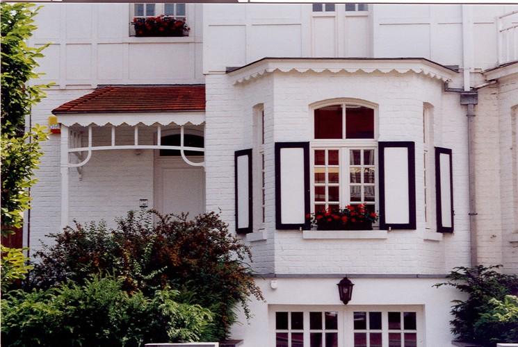 Porte d'entrée et bow-window sous corniche à lambrequin, av. Edmond Parmentier 111, Woluwe-Saint-Pierre, 1922, architecte Ph. Van Styvendael, 2003