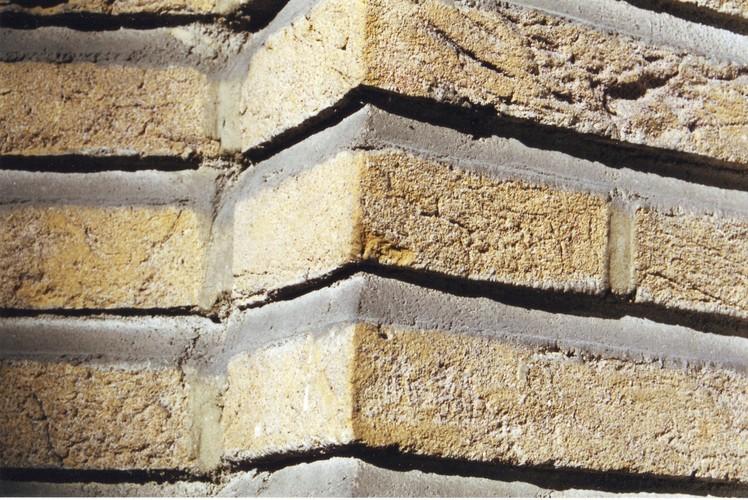 Détail d'un parement de briques à joints horizontaux accentués, av. du Val d'Or 2, Woluwe-Saint-Pierre, 1937, architectes Adrien et Yvan Blomme, 2002
