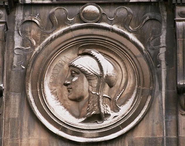 Médaillon sculpté par Julien Dillens, orné du profil de Minerve, Hôtel Goblet d'Alviella, rue Faider 10, Saint-Gilles, 1882, architecte Octave Van Rysselberghe, 2004