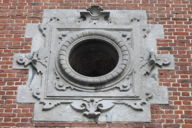 Oculus bordé d'un décor de cuir découpé, Halle Saint-Géry, place Saint-Géry, Bruxelles, 1881, architecte A. Vanderheggen, 2005