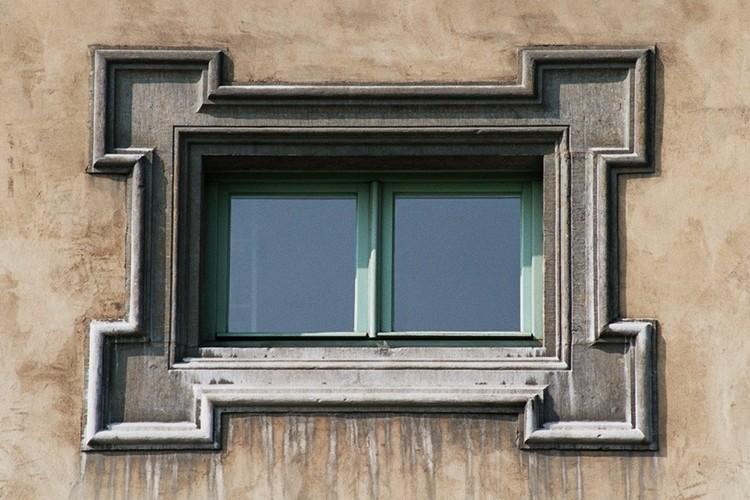 Fenêtre à encadrement à crossettes, Ecluse du Midi, bd Poincaré 77, Anderlecht, 1868, architecte Léon Suys, 2005