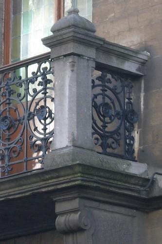 Balkon met ijzeren borstwering tussen postamenten, Aquaductstraat 31, Sint-Gillis, 1893, 2005