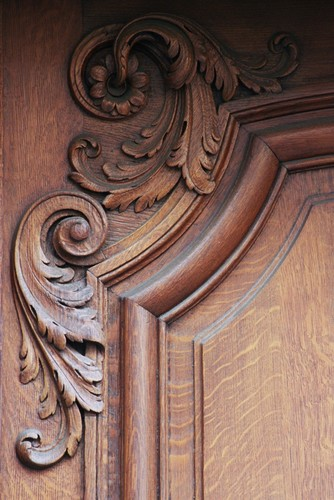 Détail d'une porte sculptée de rinceaux, rue Blanche 27, Saint-Gilles, 1924, architectes Lefèvre, Duhayon et Julien, 2005