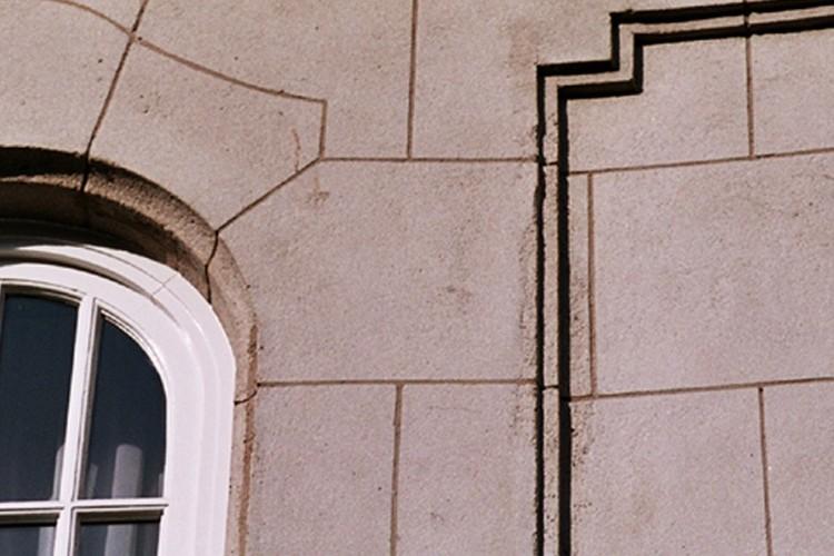 Détail d'un parement de simili-pierre, av. de l'Armée 93, Etterbeek, 1922, architectes G. Monet et Fernand Simons, 2005