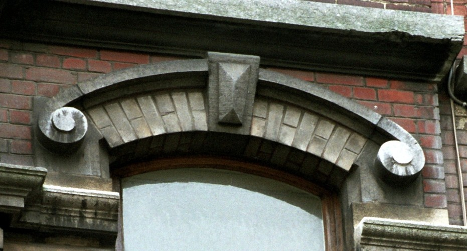 Arc surbaissé à clef en pointe de diamant et archivolte, rue Potagère 90, Saint-Josse-Ten-Noode, 1901, architecte D. Fach, 2005