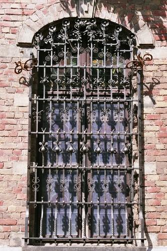 Fenêtre protégée par une grille en fer forgé, Institut supérieur de peinture Van Der Kelen–Logelain, rue du Métal 30, Saint-Gilles, 1881, ferronnier d'art Prosper Schrijvers, 2004