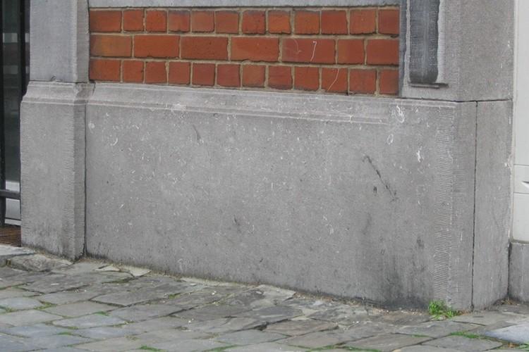 Plinthe de pierre bleue, rue des Minimes 52, Bruxelles, 1896, architectes L. et A. De Rycker, 2005