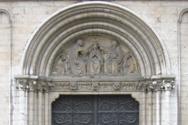 Timpaan met voorstelling: Bekroning van de Maagd, door G. De Groot, 1860, zuidelijke gevel van de kerk van Onze-Lieve-Vrouw-ter-Kapelle, Kapellemarkt, Brussel, 15e eeuw, 2005