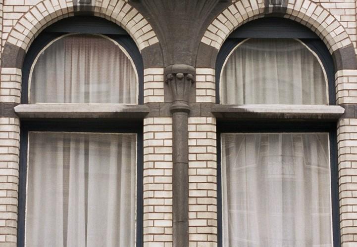 Detail van venster met hardstenen tussendorpel, Louis Bertrandlaan 39, Schaarbeek, 1910, 2005