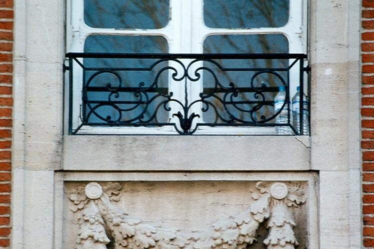 Baie munie d'une barre d'appui en fer forgé, bd Brand Whitlock 6, Woluwe-Saint-Pierre, 1924, architecte Paul Bonduelle, 2003
