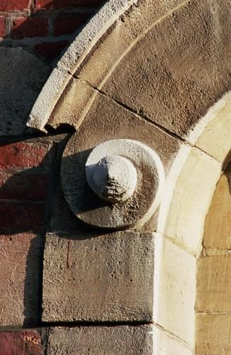 Volute en pierre ornant un arc, av. Nouvelle 6-8, Etterbeek, vers 1910-1920, 2005