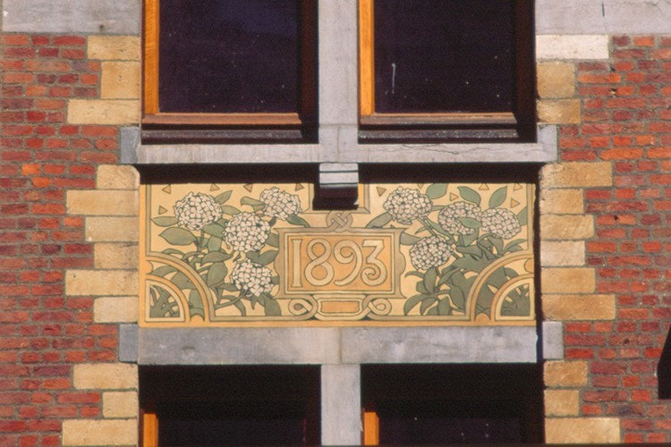 Allège décorée d'un sgrafitte, rue Defacqz 71, Saint-Gilles, 1893, architecte Paul Hankar, 2005