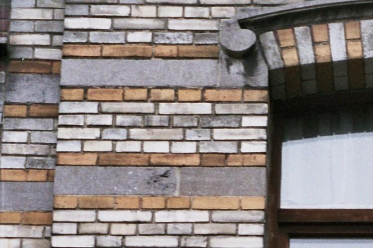 Alternance de bandeaux de briques colorées et de pierre bleue, rue Potagère 102, Saint-Josse-ten-Noode, 1901-1902, 2005
