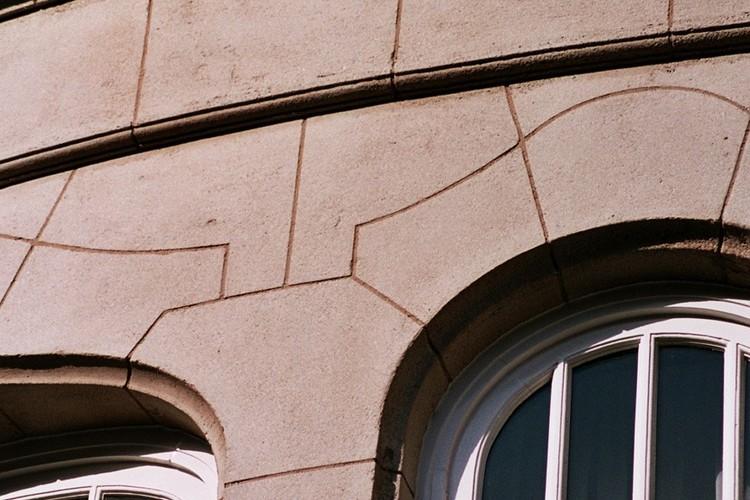 Détail d'une façade enduite à faux-joints, av. de l'Armée 93, Etterbeek, 1922, architectes G. Monet et Fernand Simons, 2005