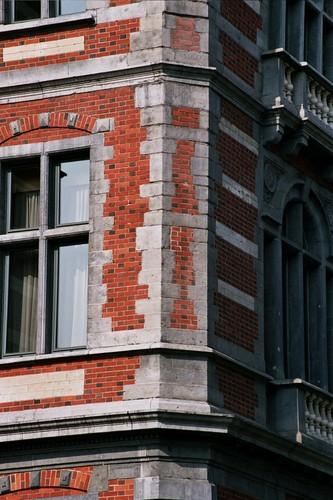 Pan coupé, Institut Lucien Cooremans, place Anneessens 11, Bruxelles, 1877, architecte Emile Janlet, 2005