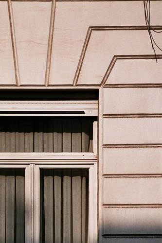 Détail d'un r.d.ch. à refends, rue Royale 306, Saint-Josse-Ten-Noode, décor de 1889 sur une maison du 2e quart du XIXe s, 2005