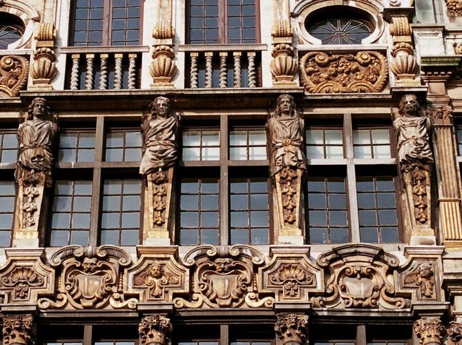 Atlante gainé, Grand-Place 4, Bruxelles, sculptures du XIXe siècle sur une façade de 1697, 2005