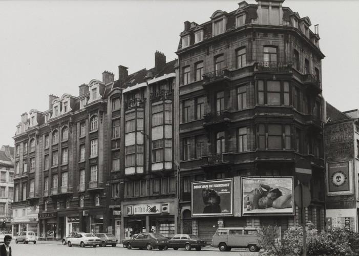 rue du Lombard 11-17, 5-9, 1-3, angles rue du Midi 59-63 et rue du Marché au Charbon. Immeuble de rapport Art nouveau, 1980