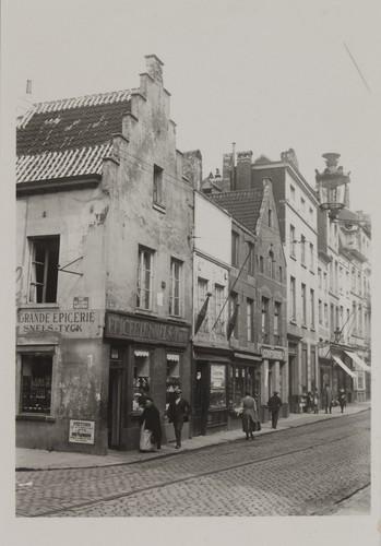 Lakensestraat 114, 116, 118, 120. Traditionele huizenstraatbeeld, hoek Vaartstraat, 1930