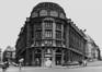 rue des Colonies 1-21, angle rue de la Chancellerie et rue Montagne-du-Parc. Ancienne Caisse Générale de Reports et de Dépôts, 1980