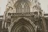 Rue des Sablons. Église paroissiale Notre-Dame du Sablon, détail portail ouest, 1986