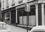 Rue Watteeu 1-5, détail devanture ; angle rue des Minimes 38, 1980