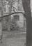 rue Saint-Ghislain 19-23. Caisse publique de Crédit, anc. Mont de Piété, lampadère dans le jardin., 1988